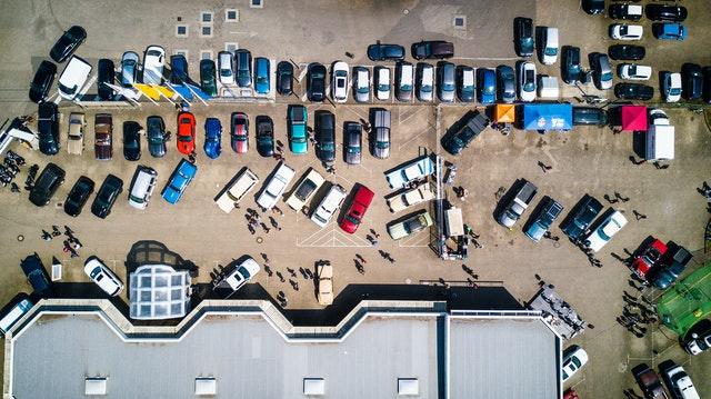 autá na parkovisku