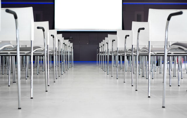hliníkové stoličky